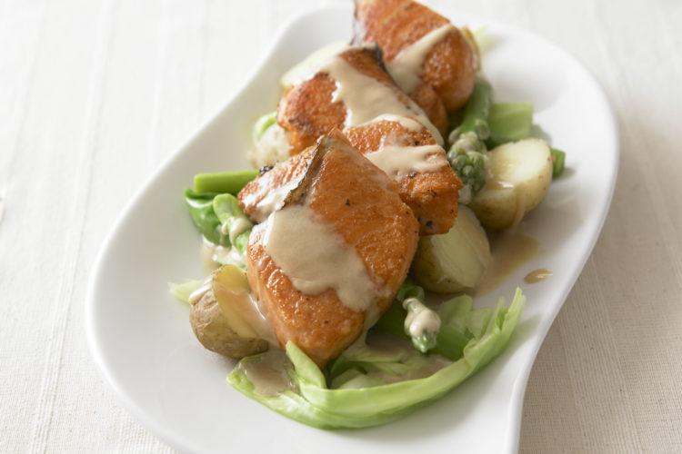春野菜と鮭のごまサラダ