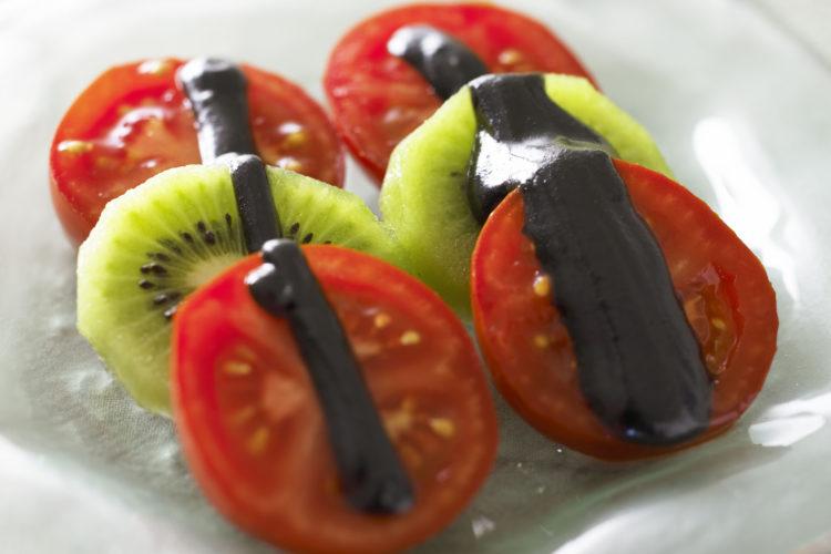 トマトとキウイの黒ごまソースかけ