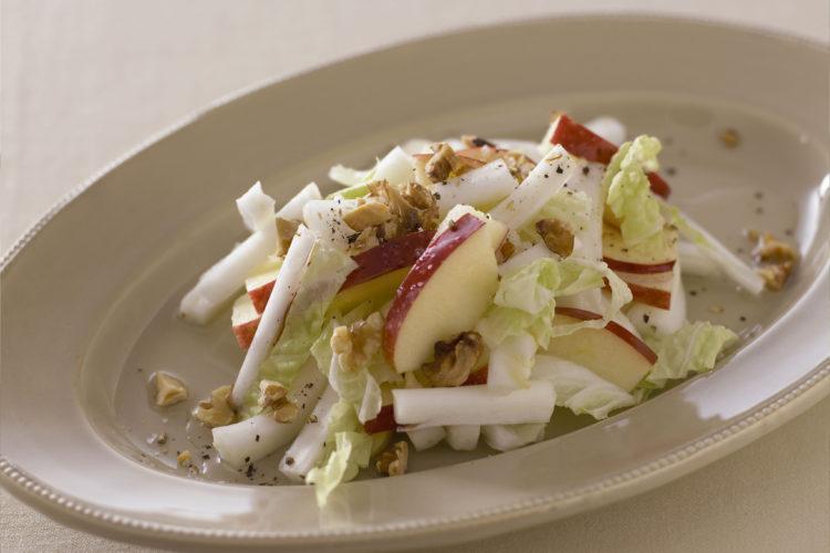 りんご、白菜、くるみのサラダ