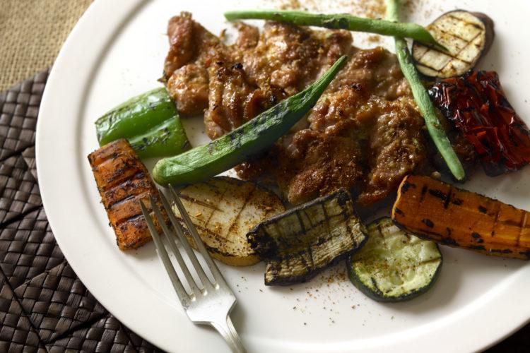 鶏焼き肉と香味野菜添え
