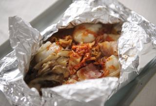 キムチと餅ベーコンのホイル焼き