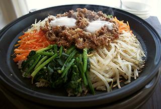 ピリ辛焼き肉のホットプレートビビンバ