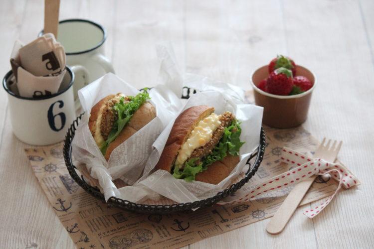 ごまチキンと卵のロールパンサンド