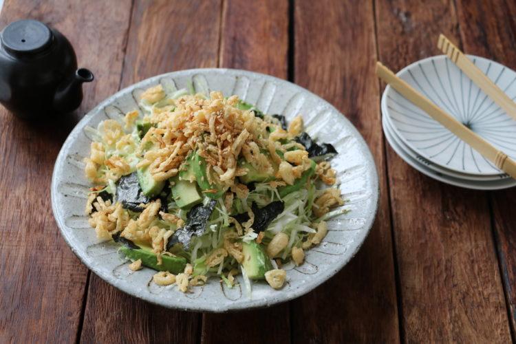 せん切りキャベツとアボカドのカリカリお揚げサラダ