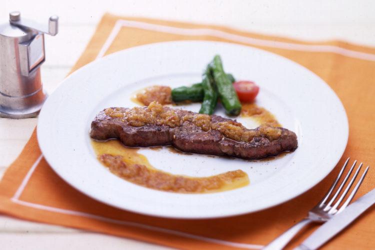 牛肉ステーキピリ辛りんごごまソース