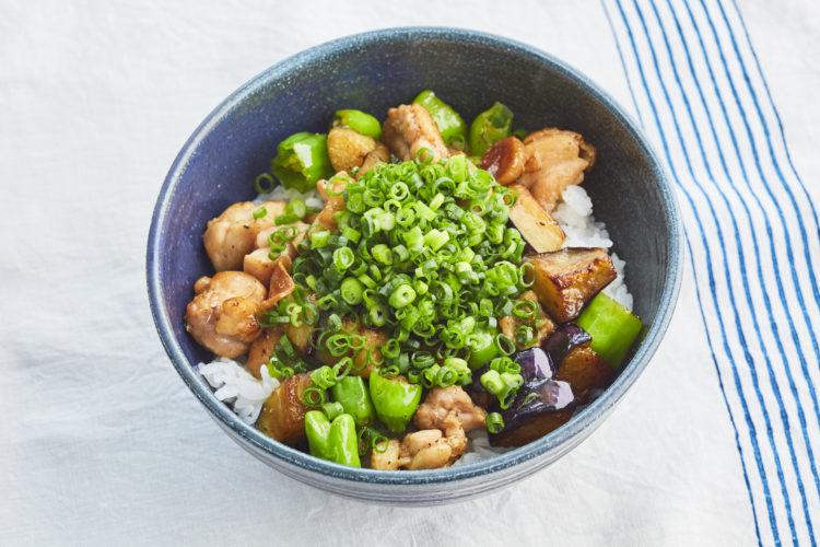 鶏もも肉と炒め野菜の丼