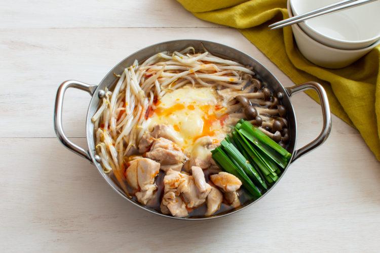ダブルごま風味で食欲そそる! 鶏肉ともやしのピリ辛チーズ鍋