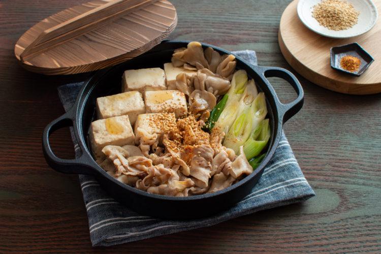 切って煮るだけ! 肉豆腐の無水ごま油うま味鍋