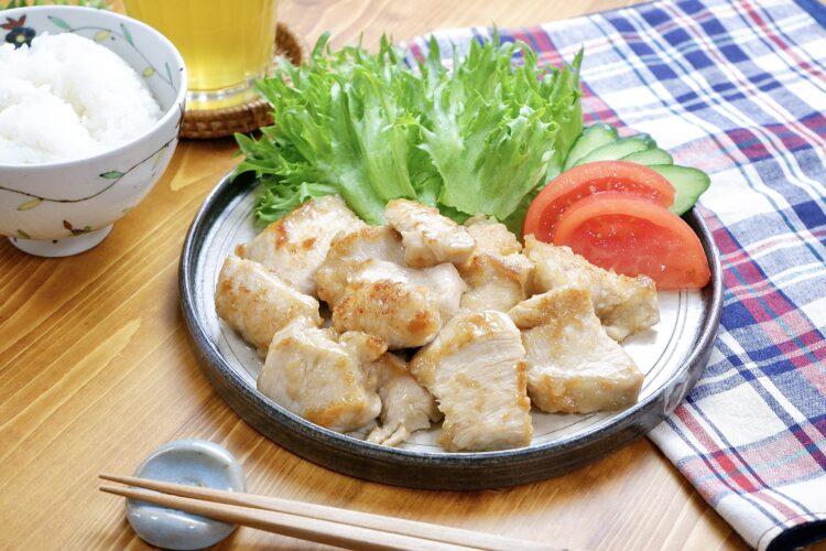 柔らか鶏むね肉でご飯が進む『ごま油ガーリックチキン』